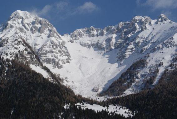 Beim Aufstieg öffnet sich rasch der Blick nach Norden ins Cregnedul-Kar
