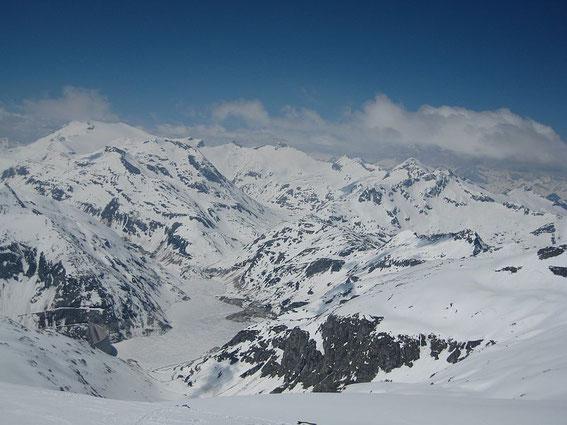Der Blick hinunter zum Speichersee, im Hintergrund wiederum die Schwarzhörner und der Ankogel (im linken Bildteil)
