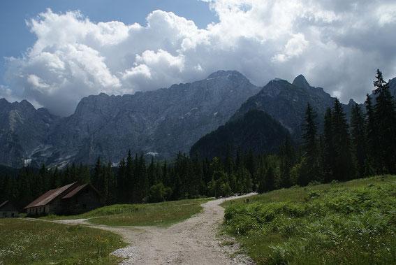 Rückblick von der Alpe del Lago, links führt der Klettersteig hinauf und rechts zieht die Lahnscharte herunter, dazwischen der Mangart (in Nebel)