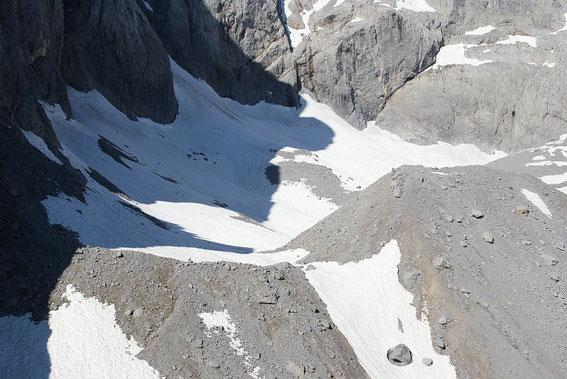 Blick von Osten über den Eiskargletscher. Nur einzelne Schuttrücken sind bereits schneefrei