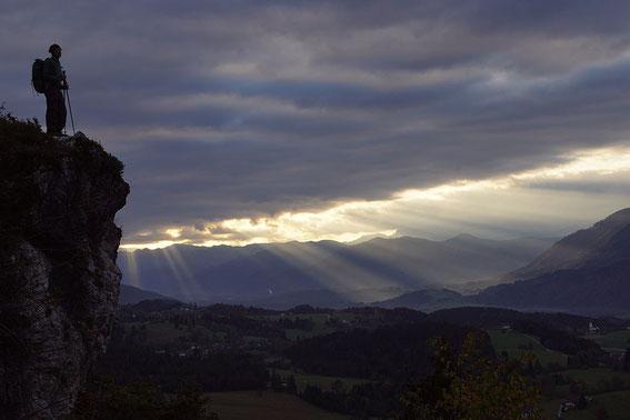Knapp unter der Kirche St. Steben der Blick nach Südosten über das Gailtal Richtung Julische Alpen