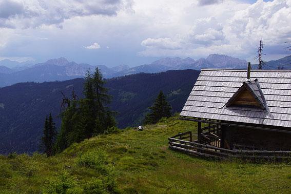 Jagdhütte am Kumitsch, im Hintergrund die Karnischen Alpen