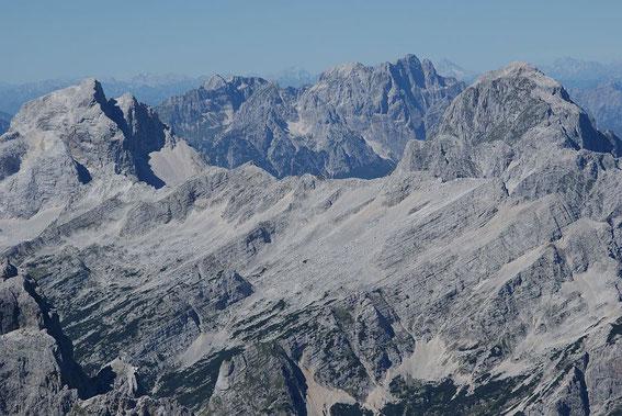 Die westlichen Julier (von links: Jalovec, Wischberg und Monatsch sowie Mangart), zwischen Montasch und Mangart zeigt sich der 120km enfernte M. Antelao