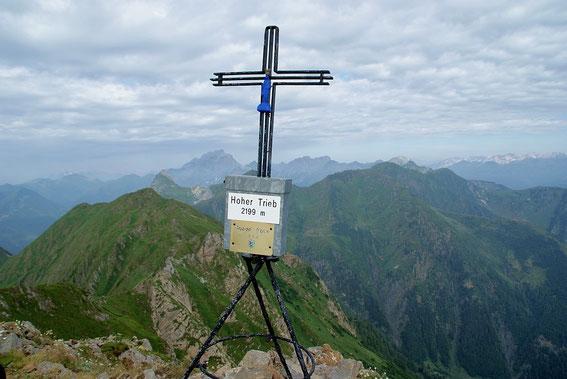 Am Gipfel, im Westen kann man den Piz Timau oder auch die Köderhöhe sowie markant in der Bildmitte den Collin erkennen