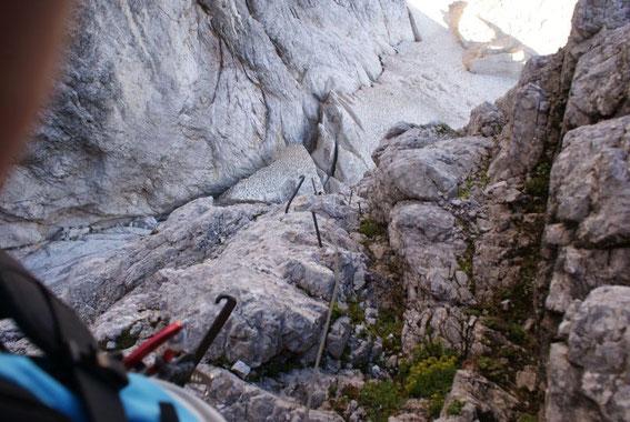 Zahlreiche Eisenstift als Überreste des ehemaligen Klettersteiges, Blick hinunter zum obersten Teil des Gletschers