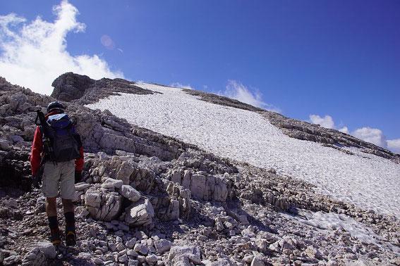 Fast flach geht es oben dann zum Gipfel
