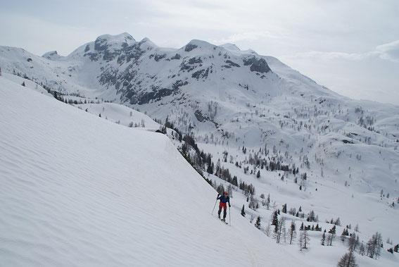 Schon nach der Steilstufe der Rückblick über das Trogtal zur Creta di Rio Secco (rechts), ganz links der Rudnigsattel