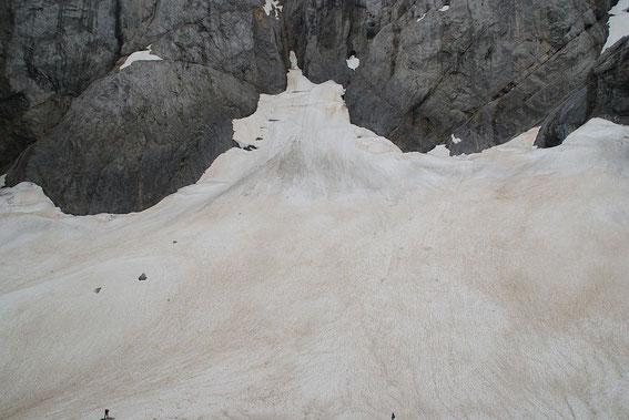 Blick von der Moräne nach Süden zum höchsten Punkt des Gletschers (zentraler Lawinenkegel), im Vordergrund sind ganz klein zwei Personen zu erkennen (links und rechts)