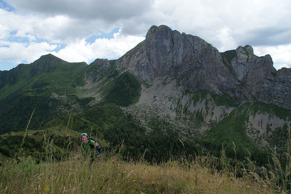 Die letzten Meter zum Gipfel, links (klein) Promos, rechts Piz Timau