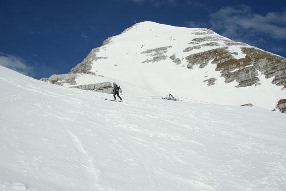 Die steile Gipfelflanke (knapp oberhalb der Felsen in der Bildmitte sind 3 Schialpinisten zu erkennen)