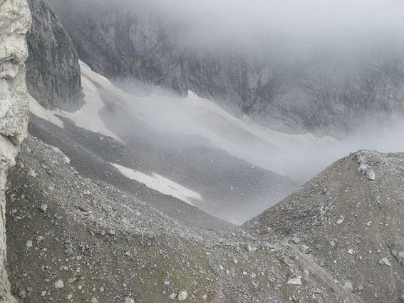 Blick von Osten in das Eiskar. Nur mehr am Wandfuß liegt Altschnee (helleres Weiß), gräulich ist Firn (Schnee vom Winter 2013/14)