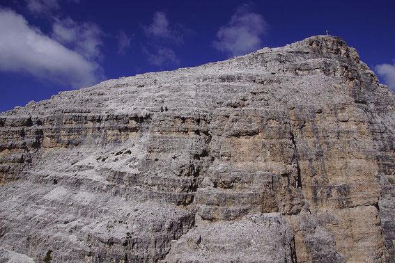 Gipfelaufbau des Paternkofels mit einzelnen Bergsteigern in der Bildmitte