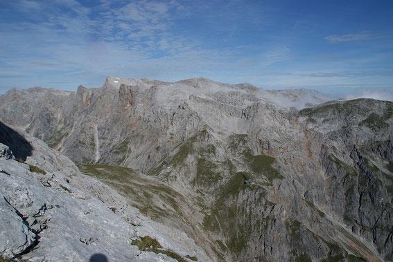 Der Blick von der markanten Kanzel in 2453m über die Niedere Torscharte zum Brandhorn (Berg mit kleinem Schneefeld)