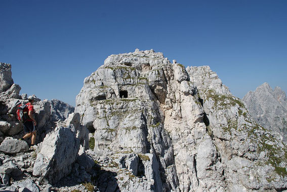 Blick zu den Gipfeln der Kastreinspitzen mit den zahlreichen Stellungsresten und der steilen Stieg (Bildmitte)