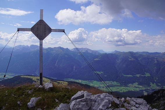 Am Kleinen Reißkofel mit Blick über das Gailtal zu den Karnischen Alpen