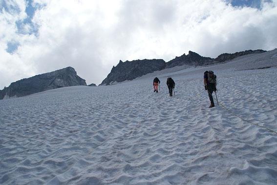Am Gletscher; die markante Scharte ist gut zu erkennen, rechts daneben die Jochspitze