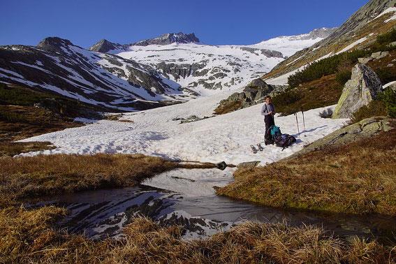 Schneebeginn im Langkar, der Aufstieg erfolgt im hinteren Bildteil auf der rechten Karseite.