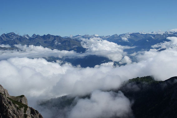 Blick vom Gipfel nach Norden in die Schobergruppe (links) und zum Tauernhauptkamm