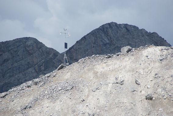 Die Wetterstation steht trotz Windspitzen von bis zu 140km/h noch immer gerade.