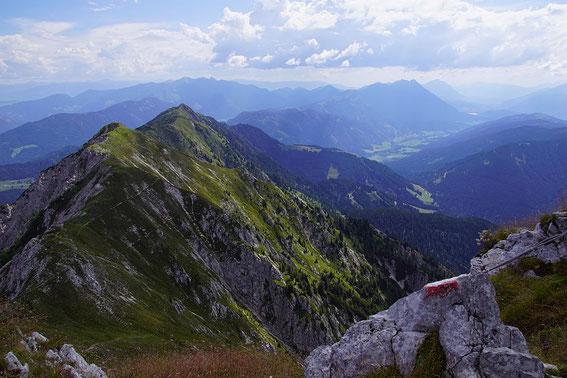 Der lange Weiterweg, schön zeichnet sich der Steig in der steilen Südflanke ab