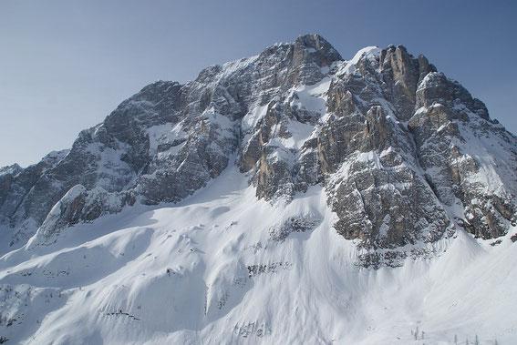 Und im Süden überragt der Montasch den Schitourengeher während des Aufstieges