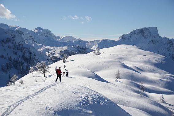 Am Gipfel der Trögerhöhe mit dem Trogkofel (rechts) und der Creta di Pricot (links)