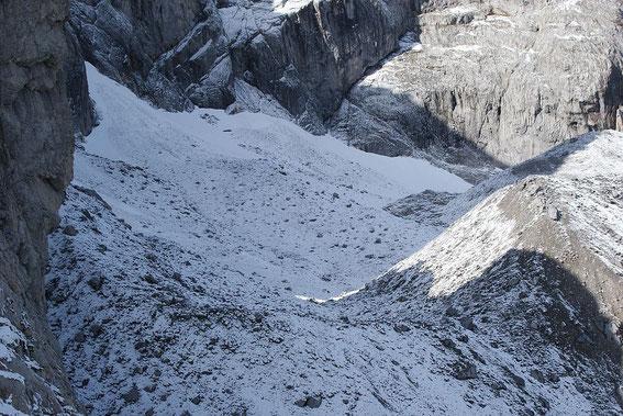 Blick von Osten über den frisch angezuckerten Gletscher. Unter dem Neuschnee zeichnen sich die großen schuttbedecken Eisrücken ab.