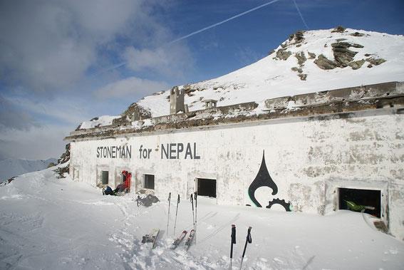 """Am 4.1.2013 suchen wir bei den """"Kasernen"""" südlich vom Gipfel Schutz vor dem stürmischen Wind"""