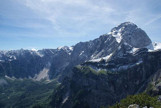 Vom Gipfel aus zeigt sich der Mangart mit frischem Schneeüberzug