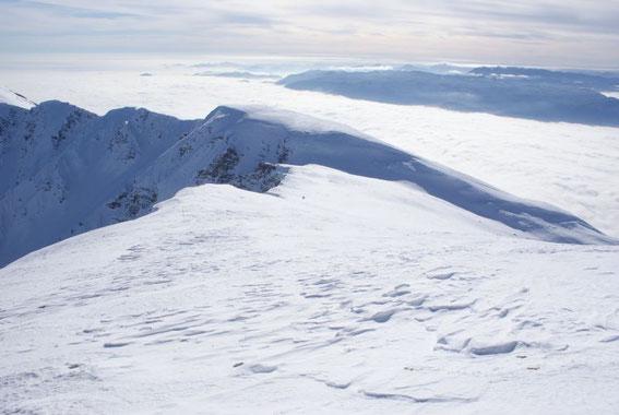 Die letzten flachen Meter hinauf zum Gipfel, im Süden reicht die Sicht bis nach Kroatien
