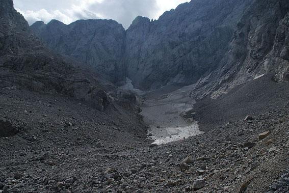 Die Gletscherzunge ist noch gut mit Firn bedeckt, im Sommer 2016 schmolzen hier aber rund 1,5m Firn ab.
