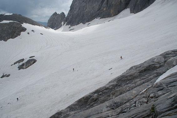 Blick von Westen über den Eisscheitel, im Vordergrund kann man 3 Personen erkennen, die bei der Schmeehöhensondierung behilflich waren.