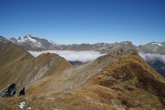 Am Gipfel zeigt sich die Hohe Geisel (links) und rechts daneben die Hagener Hütte