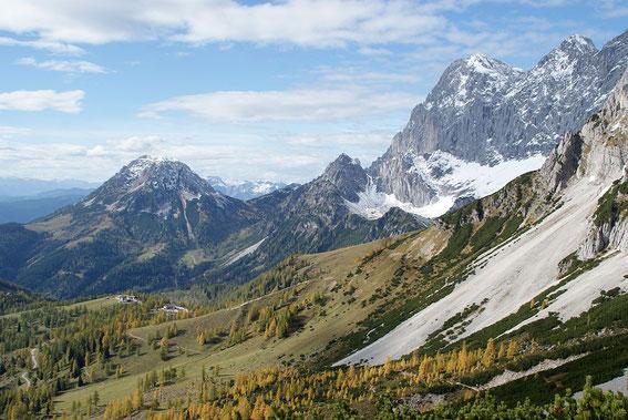 Blick nach Westen zum Rötelstein (links) und dem Dachstein (rechts), am grünen Rücken in der Bildmitte am Wandfuß steht die Dachsteinsüdwandhütte