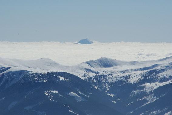 Vom Gipfel aus der Blick zum Mittagskogel, welcher nur knapp aus dem Hochnebel herausreicht