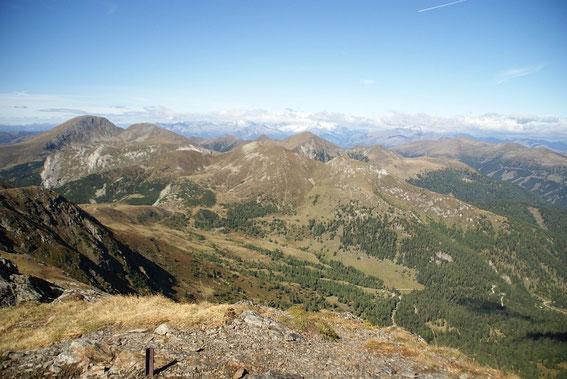 Der herrliche Blick vom Gipfel nach Westen zum Rosennock (links)