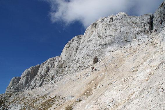 Im Kar unter der Leiter mit dem Blick zurück hinauf zum Gipfel (links der Bildmitte)