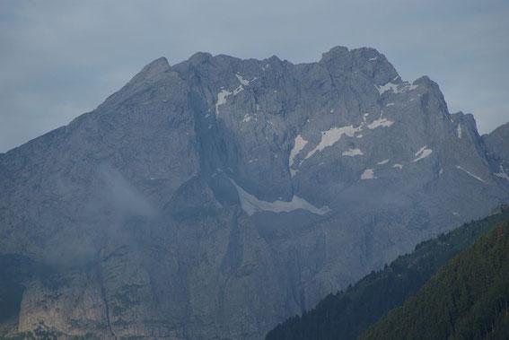 Blick vom Tal zur Kellerwand mit dem Eiskargletscher