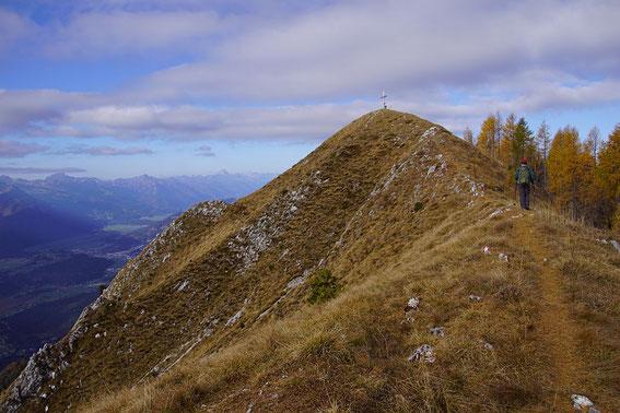 Herrliche Gratwanderung mit dem ersten Gipfelkreuz (1932m) bereits im Blick
