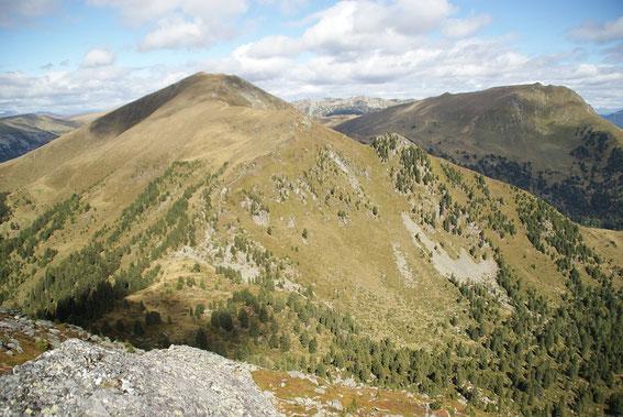 Der Aufstieg führt über den Südrücken, aufgenommen vom Schiestelnock aus