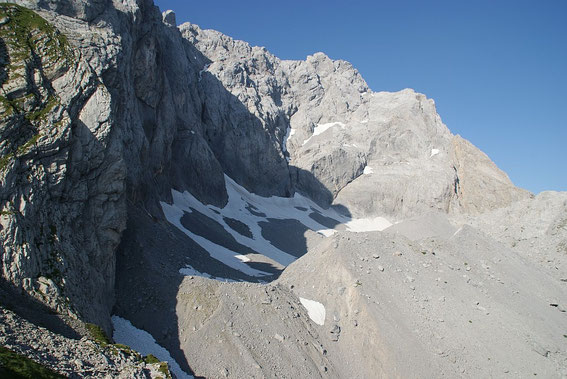 Blick von Osten ins Eiskar, noch ist mehr als die Hälfe des Gletschers mit Schnee vom vergangenen Winter bedeckt