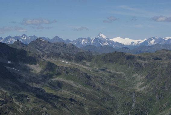 Vom Gipfel zeigt sich der Großglockner und links die Schobergruppe