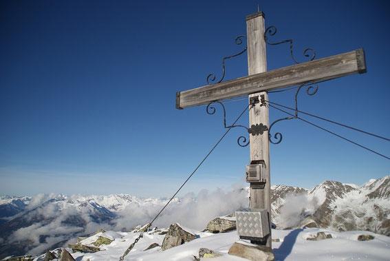 Am Gipfel angelangt reicht der Blick bis zum Großglockner