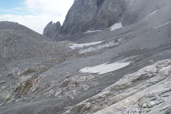 Blick von Westen zum Eisscheitel. Im Vordergrund kann man unterhalb des Schneefeldes den immer breiter werdenden Felsriegel erkennen, welcher die Gletscherzunge vom restlichen Gletscher trennt.