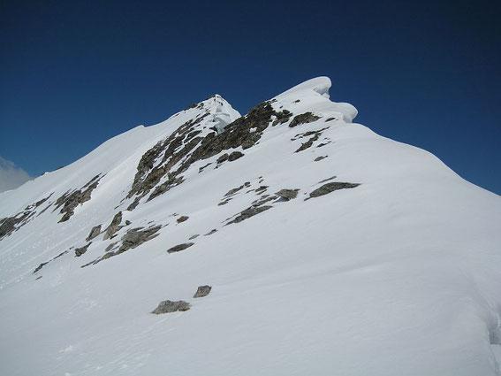 Der Grat hinauf zum Gipfel (Fußanstieg), im linken Bildteil ist eine (sehr steile) Aufstiegs- bzw. Abfahrtsvariante erkennbar