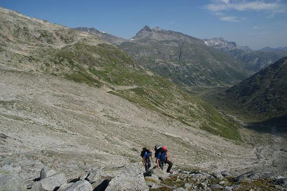 Blick zurück Richtung Osnabrücker Hütte beim Aufstieg kurz nachder markanten Verebnung in 2460m