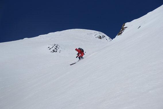 Bei der Abfahrt in der steilen Gipfelflanke