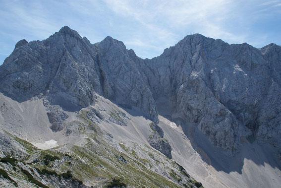 Die Korsoka und Kranjska Rinka (links) und die breite Skuta (rechts), der Aufstieg erfolgt im linken Bildteil