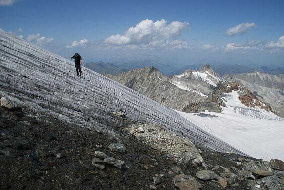 Beim Rückweg über den aperen Gletscher, rechts ist der Grubenkarkopf zu erkennen