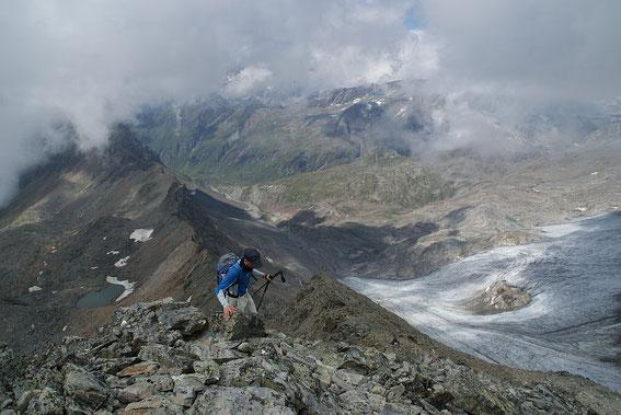 Die letzten Meter am unschwierigen Grat zum Gipfel